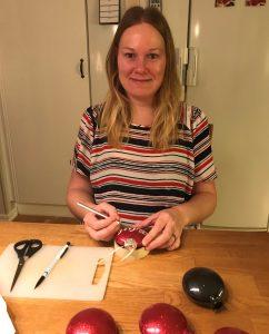 Sophie Jansson dekorerar julgranskulor