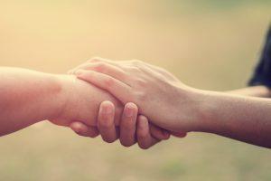 Händer som håller om varandra