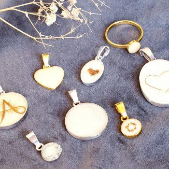 Här är några smycken som Mina gjort av olika material. Foto: Privat.